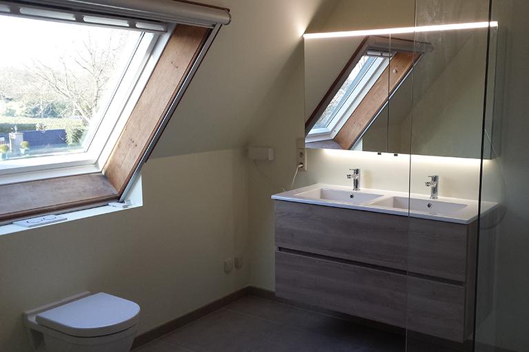 Badkamer renovatie hang-WC Lavabomeubel inloopdouche
