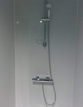 Gerenoveerde douche met acryl doucheplaat, nieuwe douchekraan en sproeier
